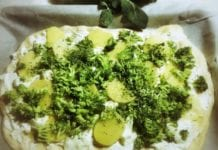 Pizza a base di farina di farro con crescenza, ricotta, broccoli e patate