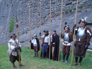 Figuranti in costume nel Forte di Gavi