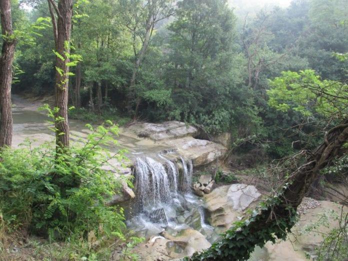 Gavi, la cascata del Neirone