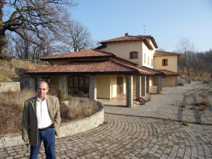 Costantino Staltari davanti al suo agriturismo a Grondona