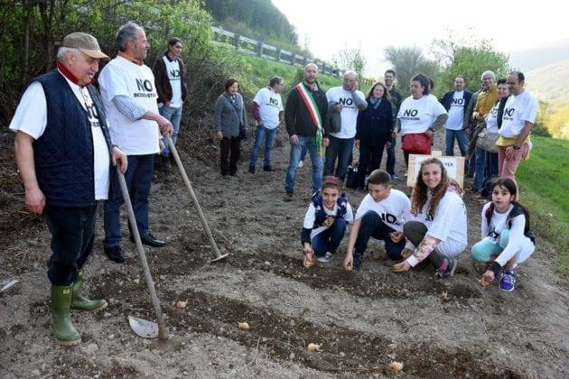 Isola del cantone la semina delle patate al termine della manifestazione contro il biodigestore