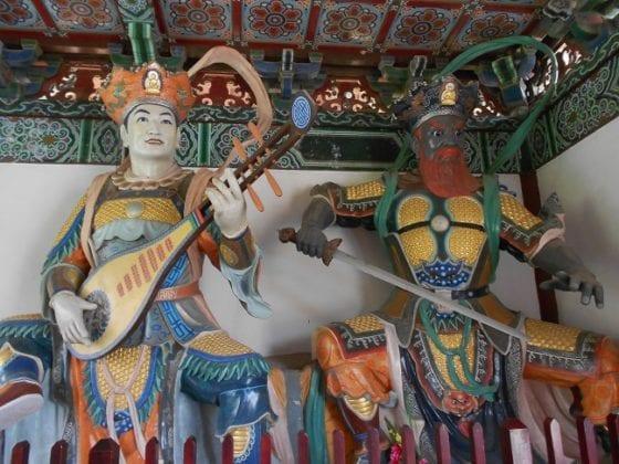 Statue nel tempio cinese a Lumbini