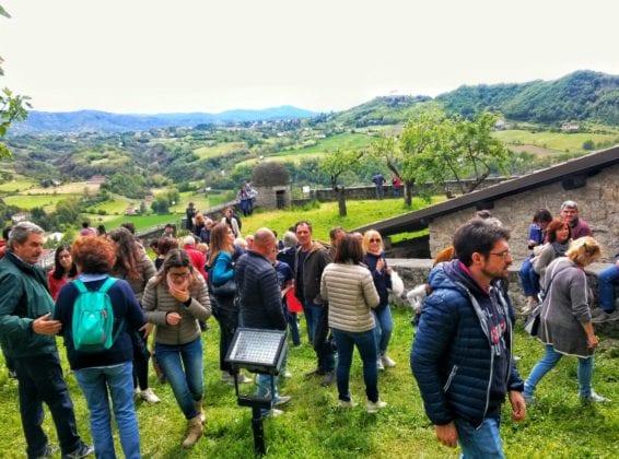 I numerosi partecipanti alle visite guidate del Forte