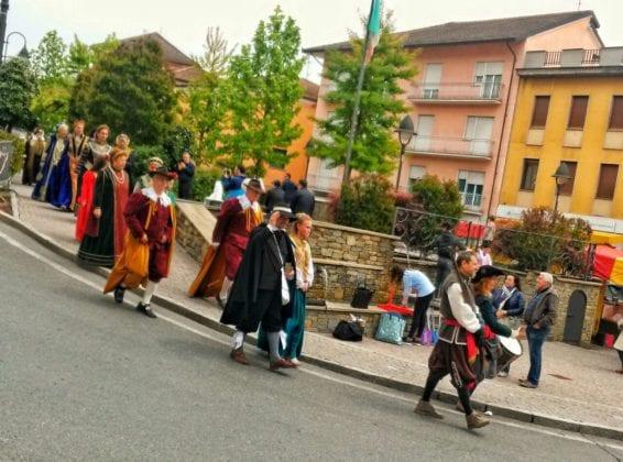Il corteo dei nobili lungo le strade della città