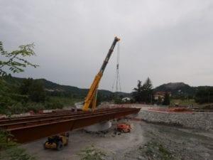 La posa dello scheletro metallico del ponte, nel 2016