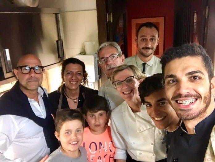 Stanley Tucci (a sinistra) con i titolari e il personale delle Cantine del Gavi