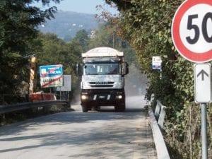 I camion del Cociv in uscita dal cantiere di Castagnola
