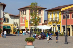 save off fd44b a4a7c Assalto all'outlet di Serravalle nel primo giorno di ...