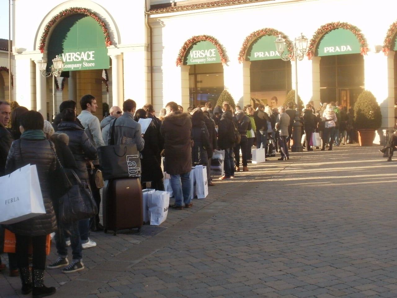 save off cd62d 5e402 Assalto all'outlet di Serravalle nel primo giorno di ...