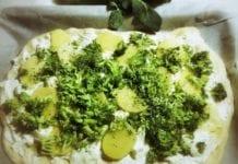 Pizza a base di farina di farro con crescenza, ricotta, broccoli e patate