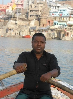 La coraggiosa guida che beve l'acqua del Gange