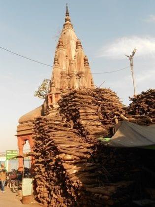 Pile di legna per cremazioni