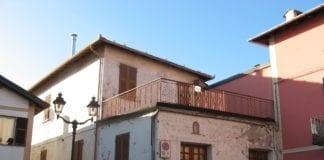 L'ex bar centrale nella piazza di Carrosio