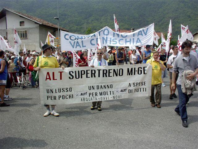Vincenzo Fasciolo, a destra, con lo storico striscione del comitato No Terzo valico